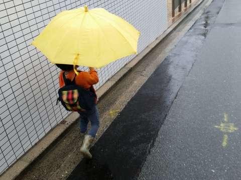 150703_ame_tsuyu_kiiroikasa_kodomo_toukaitihou_nagagutu