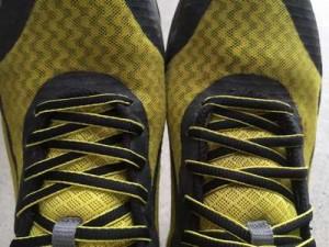 スニーカーの靴紐は上から通して結ぶ?下から?2つの穴どう使う?ベロは?