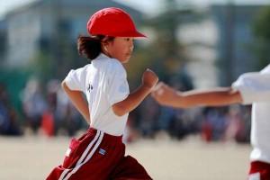 速く走る手の形はグーかパーか 手の向きも大事 腕の振りは?